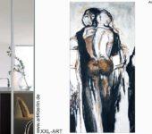 Junge Künstler zeigen ihre Kunstwerke.